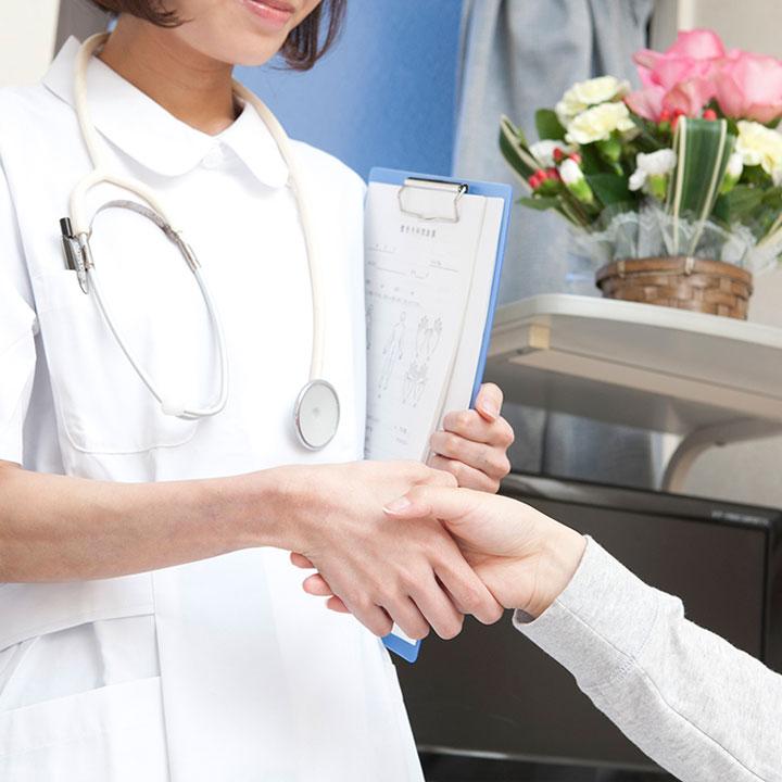 患者の心身のケアをする看護師